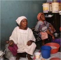 Alte Frau kocht und verkauft täglich Suppe in Stone Town, um ihren Lebensunterhalt zu verdienen]