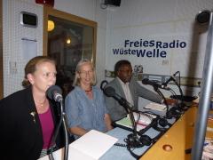 Antje Fleischer, Renate Conrad und Mussa Khamis Mussa im Studio von Radio Wüste Welle in Tübingen